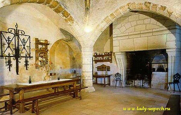 Такое бытовое употребление слова «замок» расходится с его исходным значением, ведь замок — это в первую очередь фортификационное укрепление.
