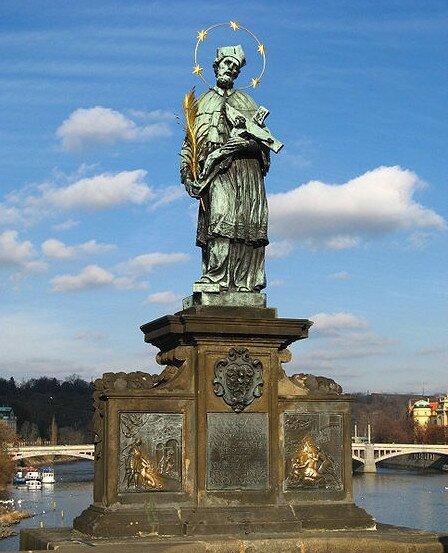 Скульптура Яна Непомуцкого в Праге