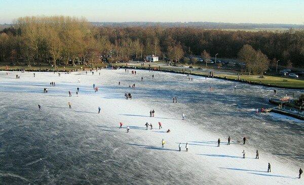 ледяной каток на озере Патерсволдсемер, Гронинген Нидерланды