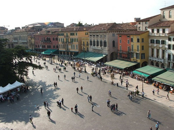 Пьяцца Бра (Piazza Bra), Верона Италия