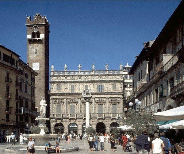 Palazzo Mafei на Piazza delle Erbe, Верона Италия