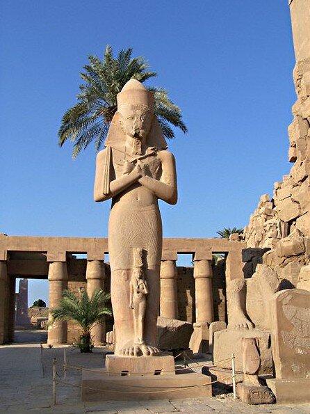 Статуя Рамзеса II с его дочерью Мерит-Амон в Карнаке