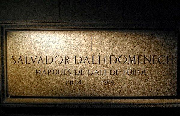Надгробная табличка Сальвадора Дали в Театре- Музее Дали в Фигерасе
